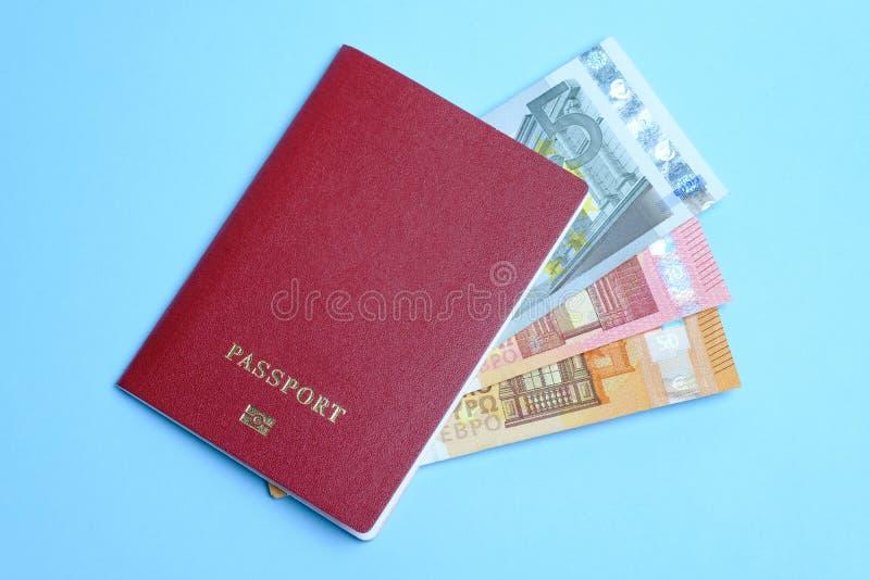 Euro banknoty inwestowali w cudzoziemskim paszporcie na błękitnym tle Podróż Europa zdjęcie stock