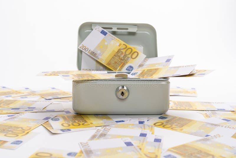 200 euro banknoty rozpraszali nad drobną gotówką zdjęcie royalty free