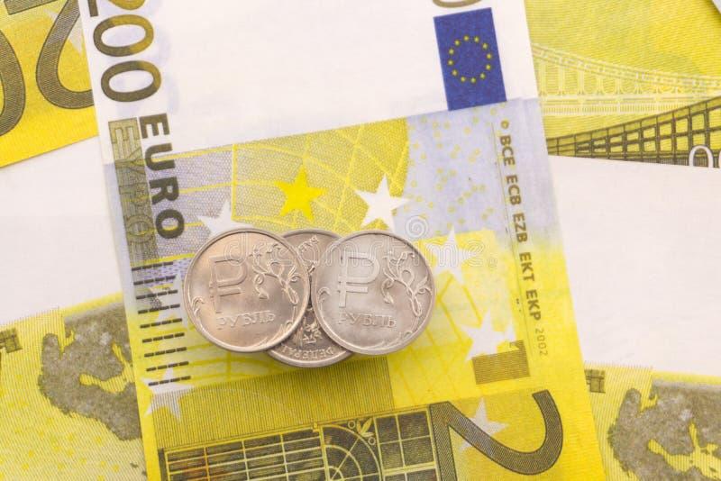 Euro banknoty rozprzestrzeniają out ruble obrazy stock