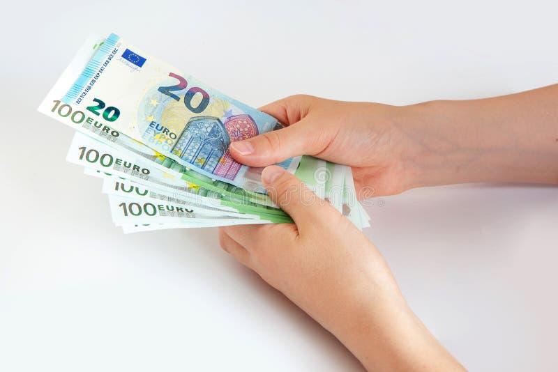 Euro banknoty w r?ce 20 i 100 euro na białym odosobnionym tle oszcz?dzanie unia europejska obraz royalty free