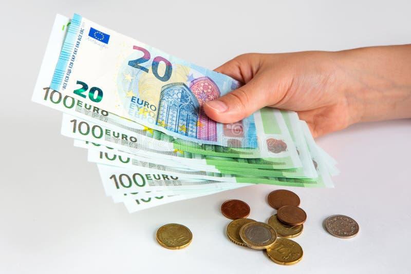 Euro banknoty w r?ce 20 i 100 euro na białym odosobnionym tle oszcz?dzanie Waluta Europejski zjednoczenie obraz stock