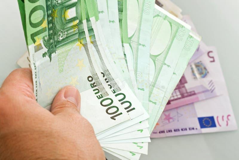 Euro billets de banque dans la main photographie stock