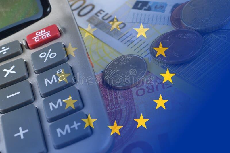 Euro billets de banque, pièces de monnaie, calculatrice, drapeau d'Eu photographie stock
