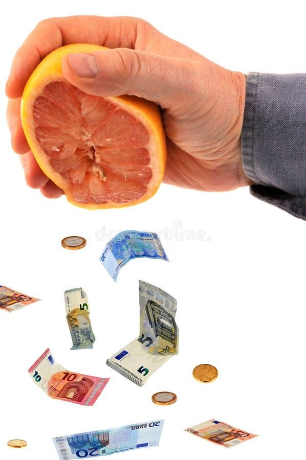 Euro billets de banque sortant d'un pamplemousse press? photo stock