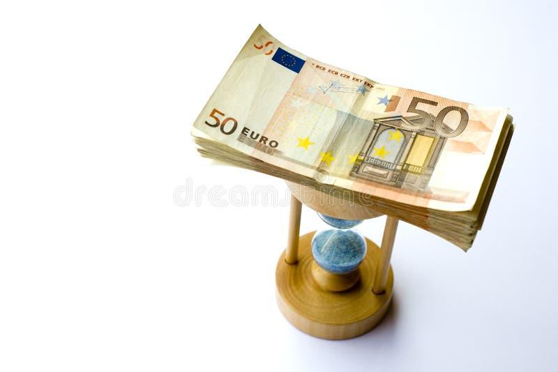 Euro- cédula conceptual do papel moeda com um vidro da areia imagem de stock
