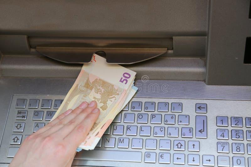 Euro- cédulas do dinheiro de um ATM de um banco europeu imagens de stock royalty free