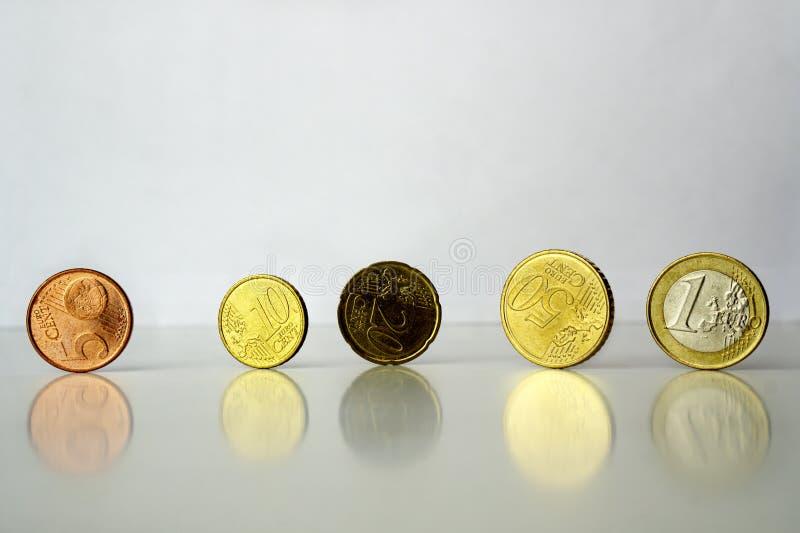 Euro cents debout de pièces de monnaie sur le fond gris image stock