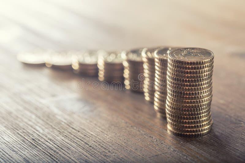 Euro coisn na drewnianym stole z wzrostowym skutkiem W górę europejskiego pieniądze i waluty zdjęcia stock