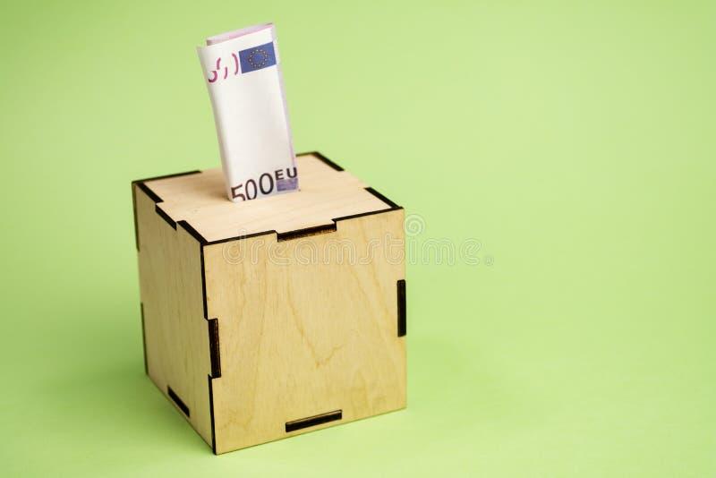 Euro- conta de depósito no moneybox imagem de stock