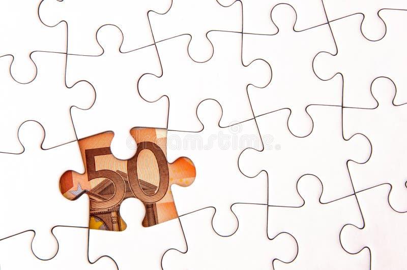 Euro- conta de dinheiro sob o enigma de serra de vaivém imagens de stock