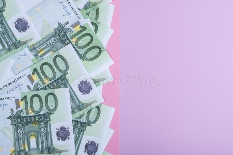 Euro contant geld op een lilac, purpere en roze achtergrond Euro geldbankbiljetten Euro geld Euro rekening Plaats voor tekst royalty-vrije stock afbeelding