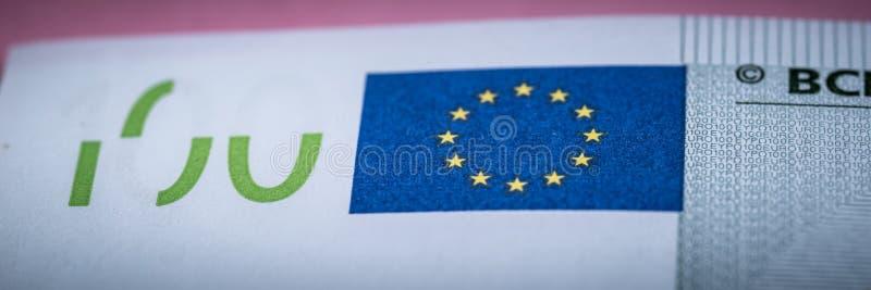 Euro contant geld op een lilac, purpere en roze achtergrond Euro geldbankbiljetten Euro geld Euro rekening Plaats voor tekst royalty-vrije stock foto's
