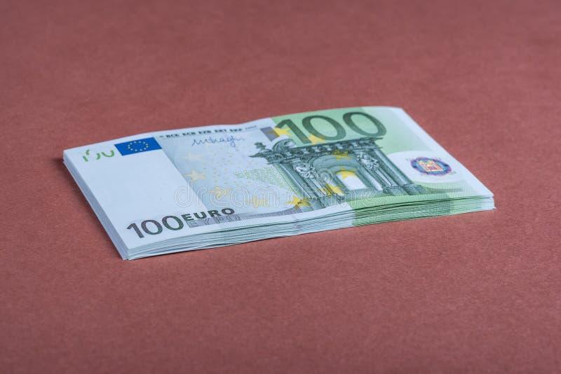 Euro contant geld op een roze en bruine achtergrond Euro geldbankbiljetten Euro geld Euro rekening Plaats voor tekst stock foto