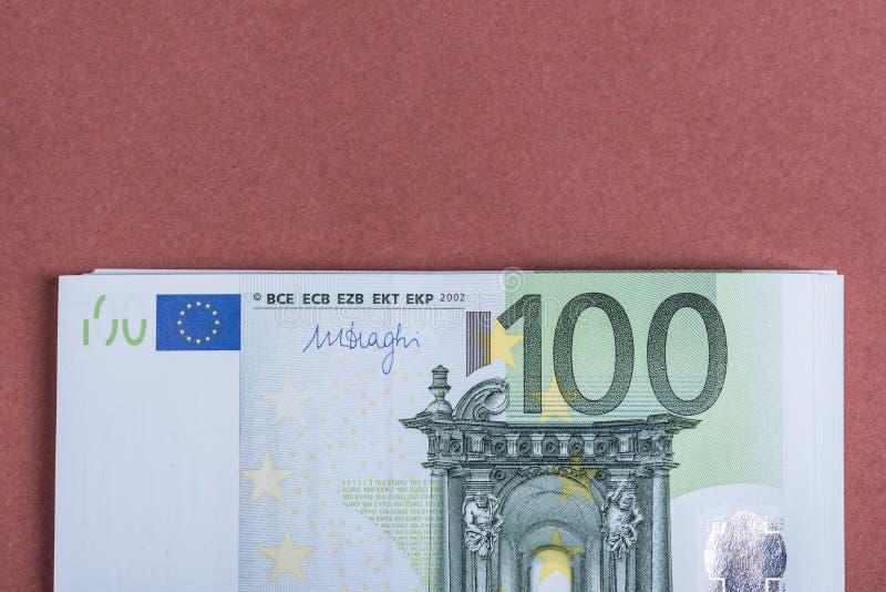 Euro contant geld op een roze en bruine achtergrond Euro geldbankbiljetten Euro geld Euro rekening Plaats voor tekst royalty-vrije stock foto's