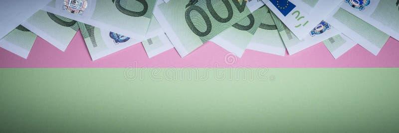Euro contant geld op een roze en groene achtergrond Euro geldbankbiljetten Euro geld Euro rekening Plaats voor tekst stock afbeelding