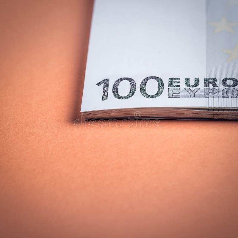 Euro contant geld op een roze en oranje achtergrond Euro geldbankbiljetten Euro geld Euro rekening Plaats voor tekst royalty-vrije stock afbeeldingen