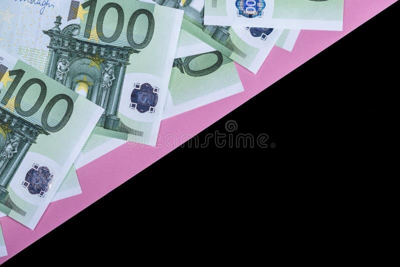 Euro contant geld op een roze en zwarte achtergrond Euro geldbankbiljetten Euro geld Euro rekening Plaats voor tekst royalty-vrije stock fotografie