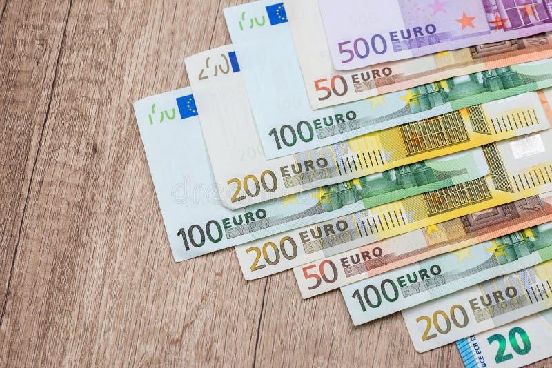 euro- contas na mesa de madeira Fim acima fotografia de stock