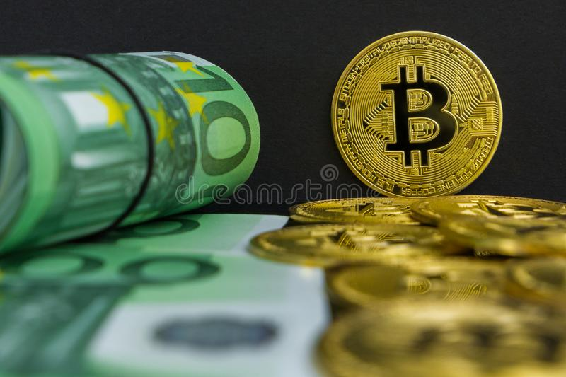 Euro contre le cryptocurrency de bitcoin Il y a cent euro billets de banque et grandes pièces de monnaie d'or de btc sur un fond  photo libre de droits
