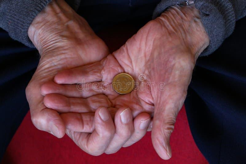 Euro dans les mains du vieil homme image libre de droits