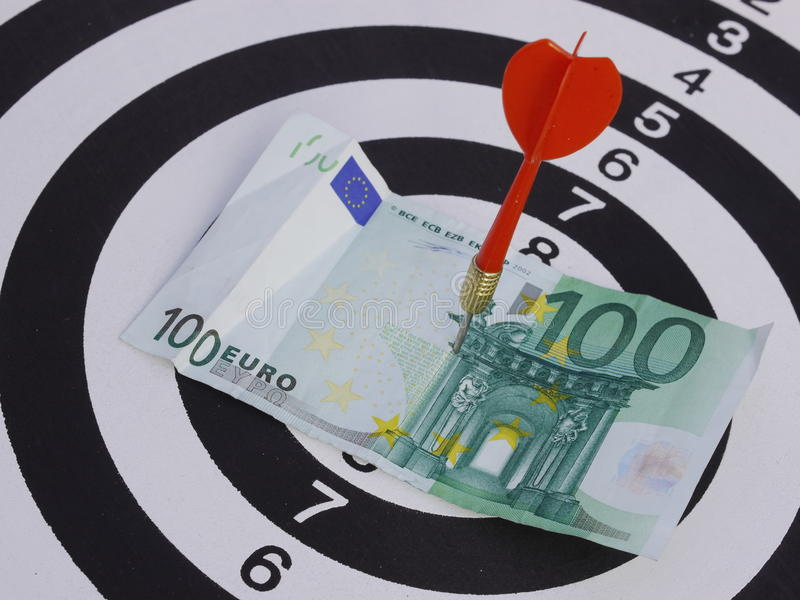 Euro di scopo 100 dell'obiettivo del dardo fotografia stock