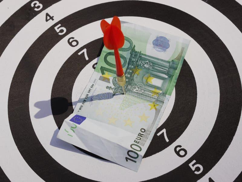 Euro di scopo 100 dell'obiettivo del dardo immagini stock libere da diritti