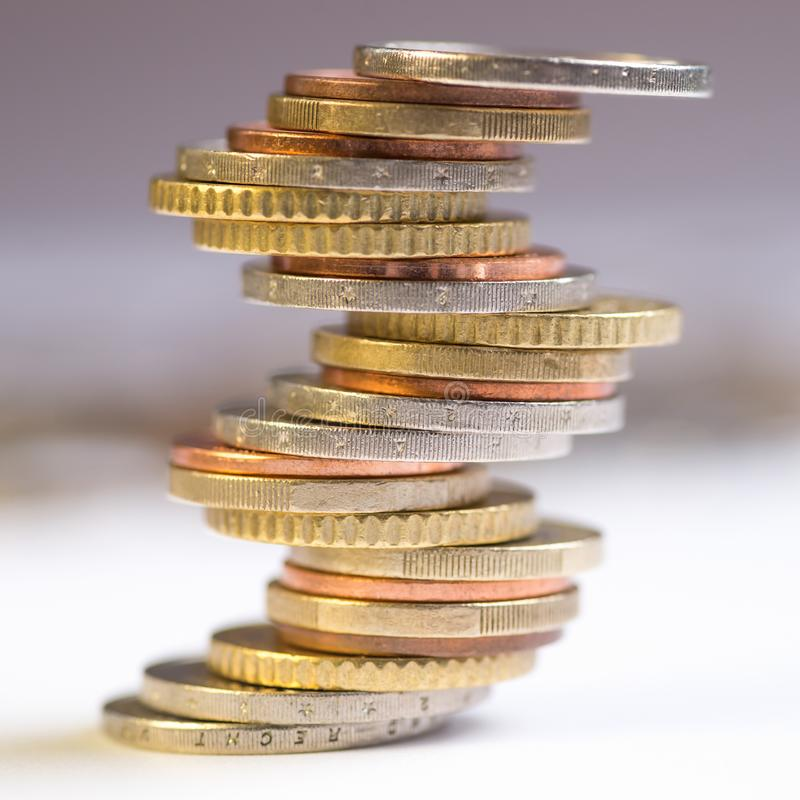 Euro die muntstukken op elkaar in verschillende posities worden gestapeld royalty-vrije stock foto's