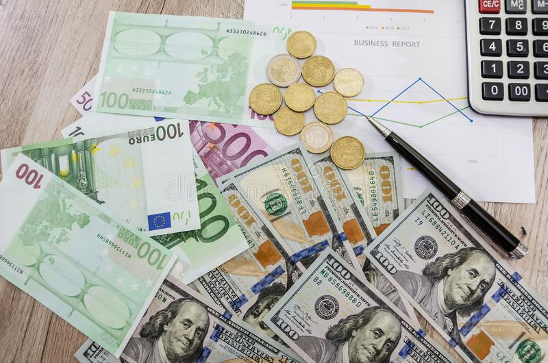 Euro, dolary, monety na biznesowej mapie, odgórny widok zdjęcia stock