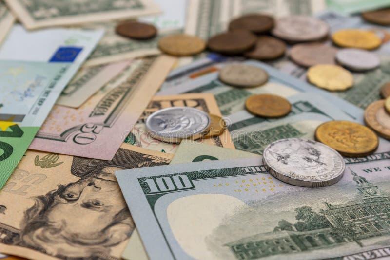 Euro dollari di soldi Le euro monete sono dollari Valuta dell'Eurodollaro Il concetto di soldi Le fatture sono impilate su a vice immagine stock libera da diritti
