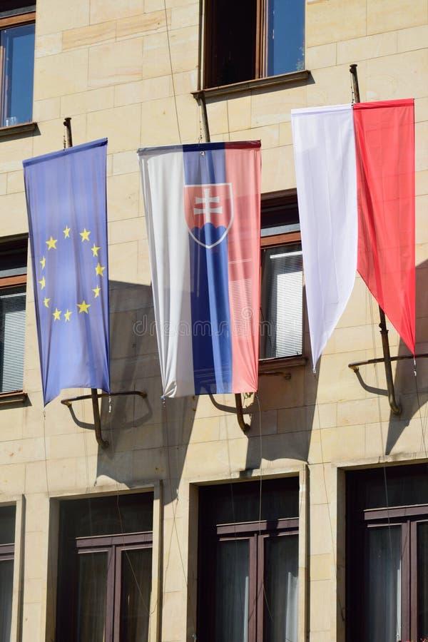 Euro e bandeiras eslovacas foto de stock