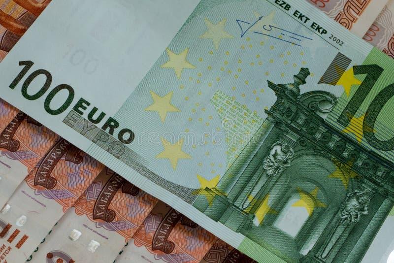euro 100 em 5000 rublos de russo imagens de stock