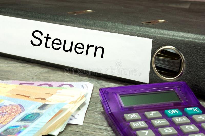 Euro factures et un dossier avec des documents d'impôts images libres de droits