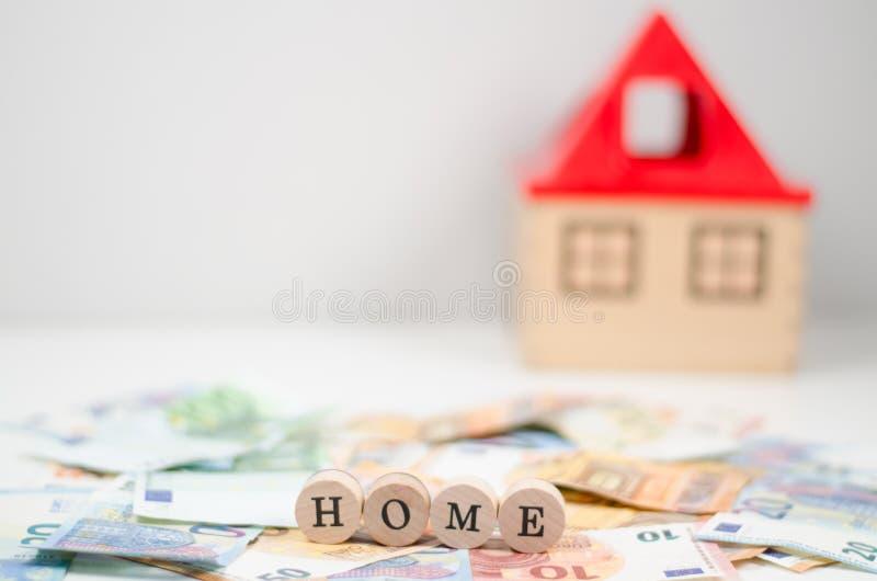 Euro fatture con la casa nel fondo fotografia stock
