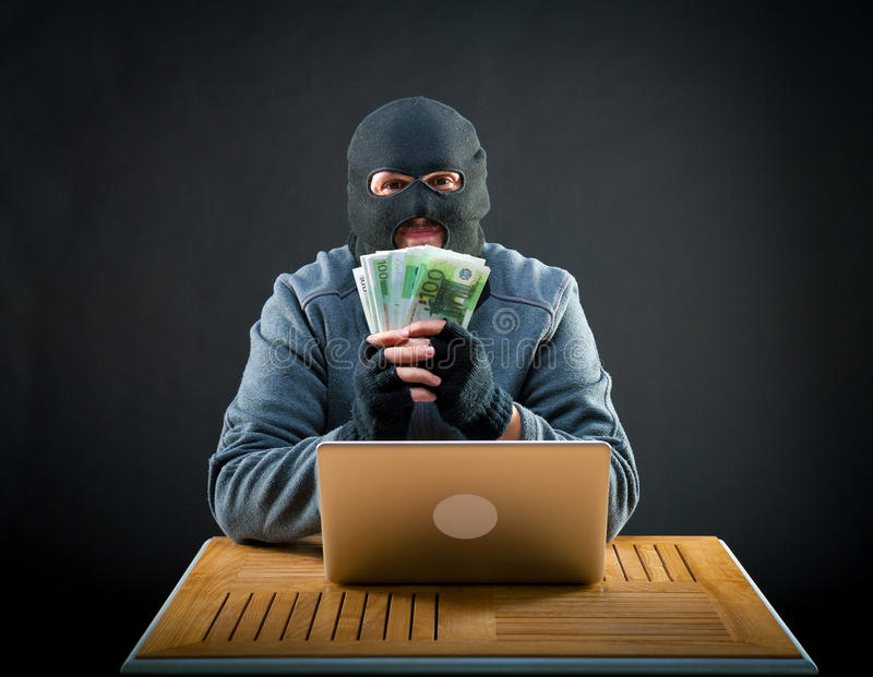 Euro felice della tenuta dell'uomo di cybercriminal fotografie stock libere da diritti