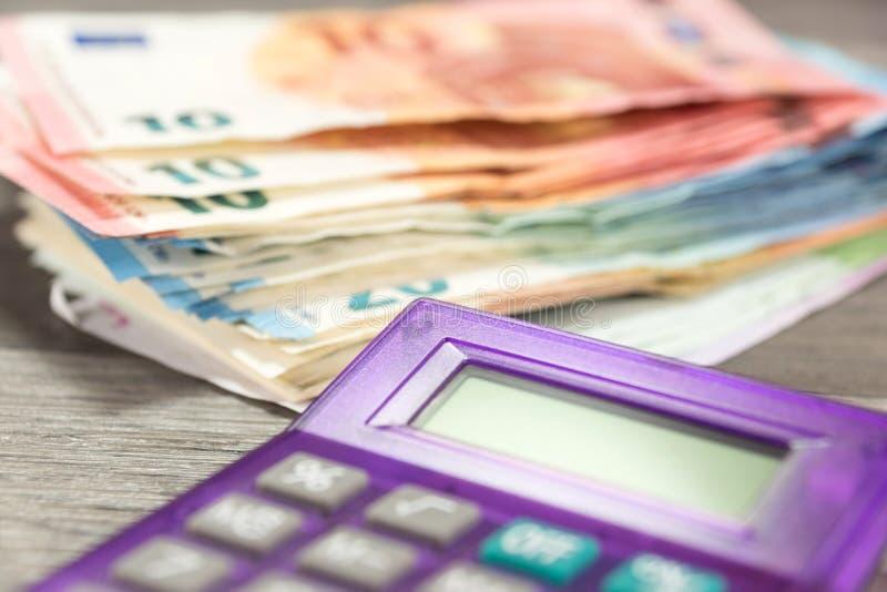 Euro geld en calculator stock fotografie