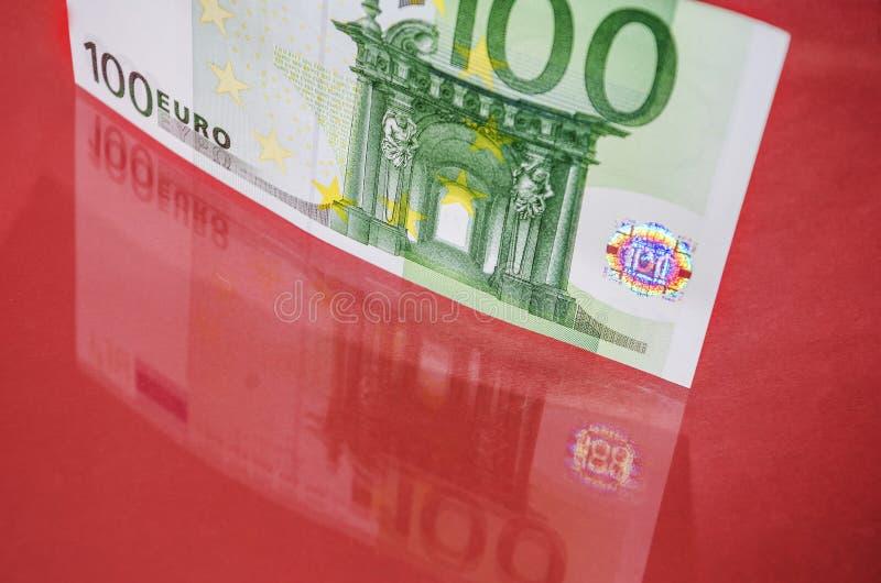 Euro gotówka na różowym tle Euro pieni?dzy banknoty banka euro pi?? ostro?ci sto pieni?dze nutowa arkana Euro rachunek miejsce te zdjęcie stock