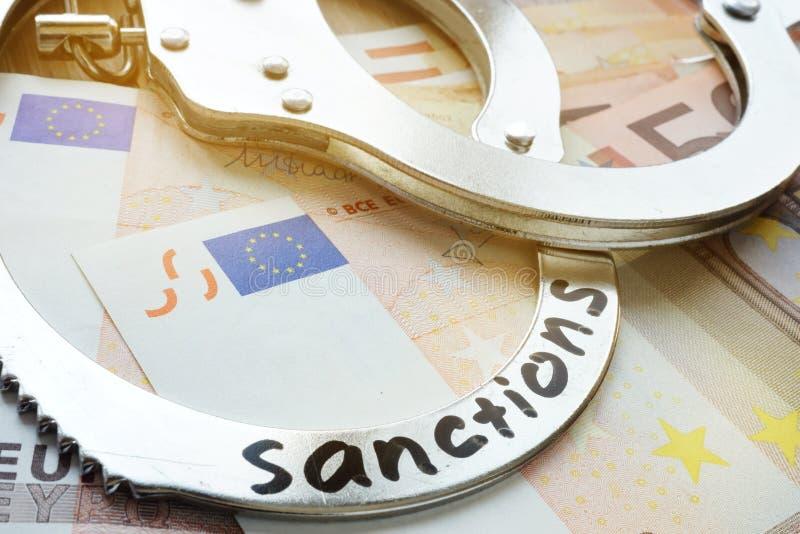 Euro kajdanki z sankcjami i rachunki Oszczędnościowe ograniczające miary fotografia stock