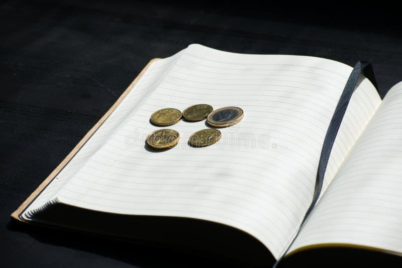 Euro-Münzen-Währungs-Geld Studentlife brach Cent-Notizbuch-Schwarzes lizenzfreie stockbilder