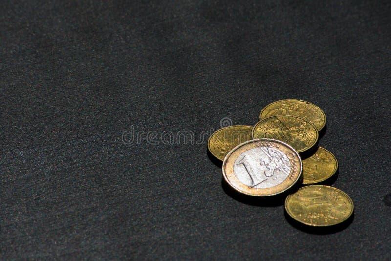 Euro-Münzen-Währungs-Geld Studentlife brach Cent-schwarzen Schreibtisch stockbilder