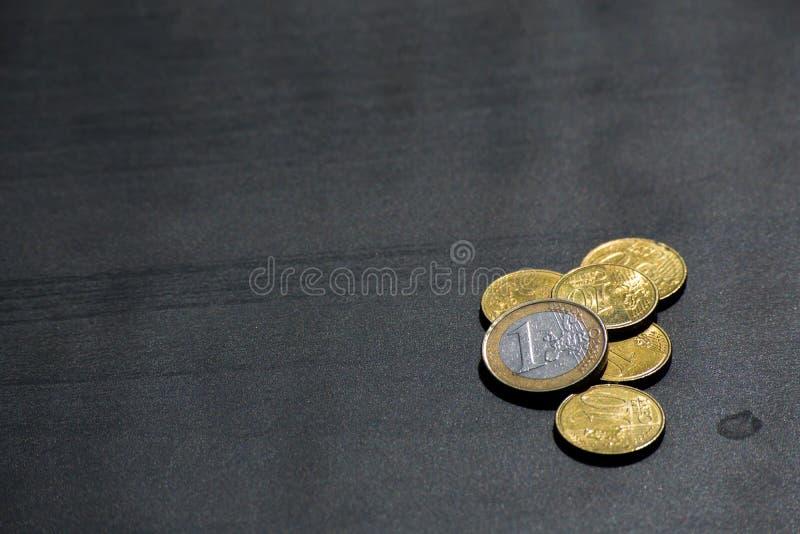 Euro-Münzen-Währungs-Geld Studentlife brach Cent-schwarzen Schreibtisch lizenzfreies stockbild