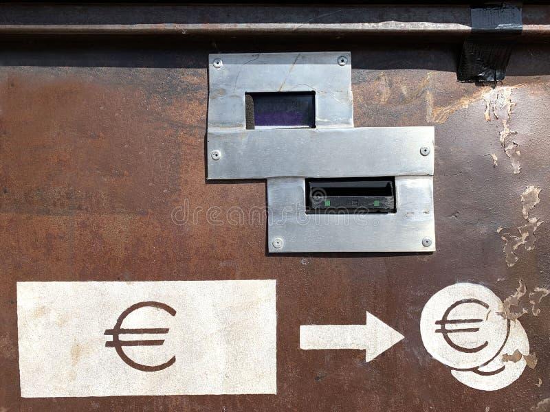 Euro machine d'échange de monnaie fiduciaire photos stock