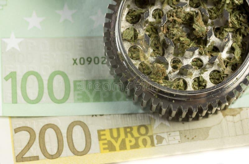 Euro & marihuana in molen stock afbeeldingen
