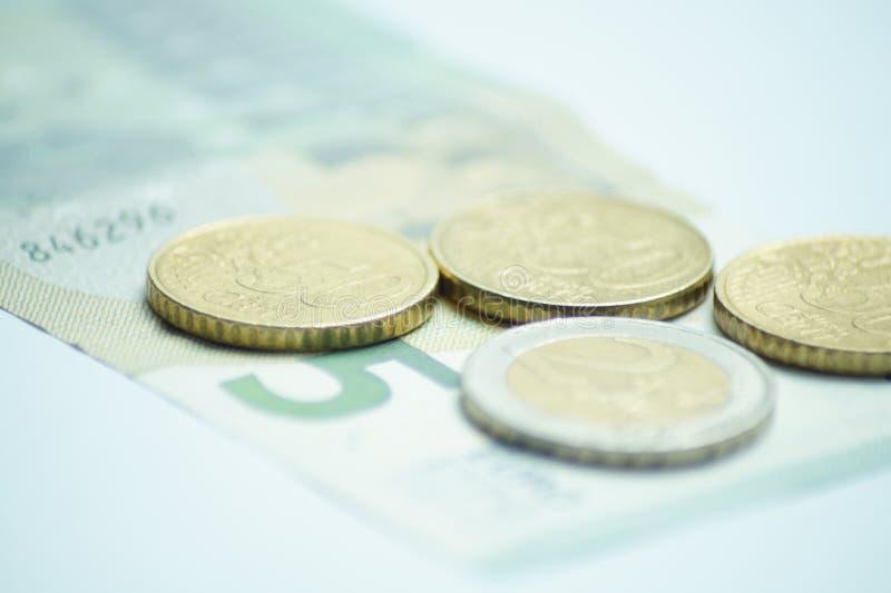Euro 8,50 mit Euromünzen und einer Banknote lizenzfreie stockbilder
