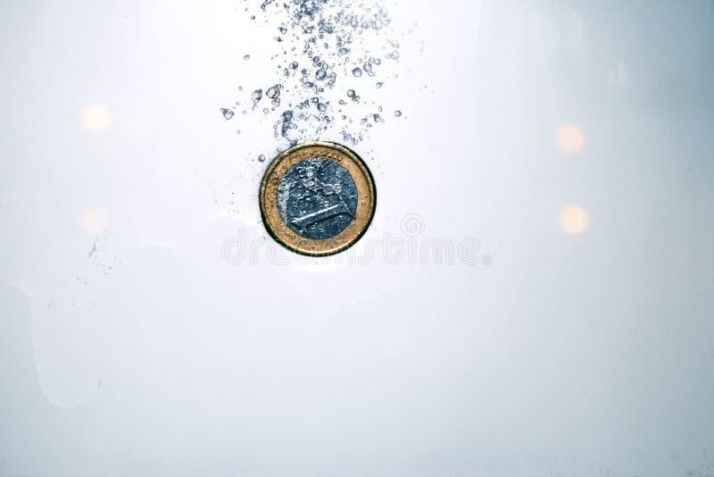 Euro- moeda na água foto de stock royalty free