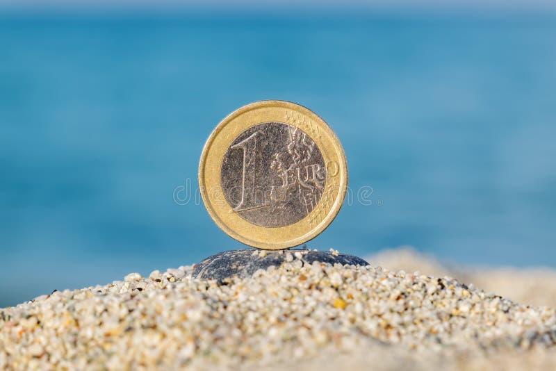 Euro- moeda na areia foto de stock royalty free