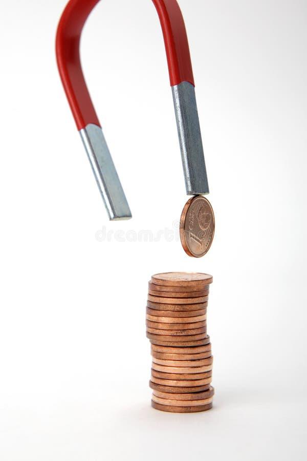 Euro- moedas atraídas por um ímã imagens de stock royalty free