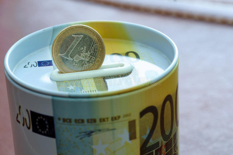 Euro moneta na pieniądze bezpiecznym banku dla inwestyci Ochrona twój żebro zdjęcia royalty free