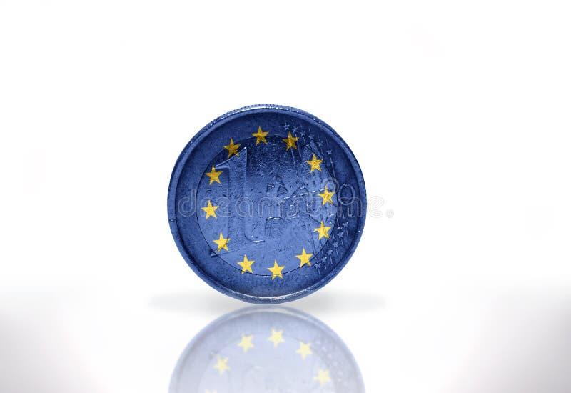 Euro moneta z europejską zrzeszeniową flaga na bielu zdjęcie royalty free