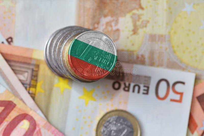 Euro moneta z flaga państowowa Bulgaria na euro pieniędzy banknotów tle fotografia stock