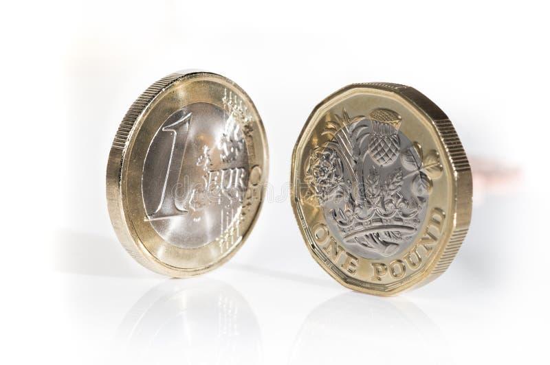 Euro moneta z nowego projekta funtową monetą zdjęcia royalty free